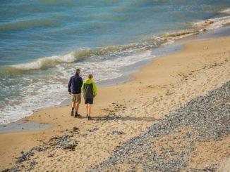 Mit Wanderschuhen an den Strand (Tourismuszentrale Rügen/Christian Thiele)