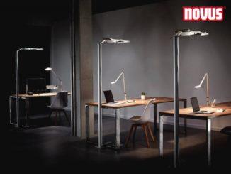 """Die ergonomische LED Attenzia Stehlampe von Novus schafft gleichzeitig ein gesundes und intelligentes Licht an Rezeptionen für den Gast und die Mitarbeiter. Der Online-Shop www.monitorhalterung.de. bietet die Stehlampe mit Anwesenheitssensor und drehbaren Leuchtpanels an. Die Rezeption ist das Herzstück des Empfangsbereichs in Hotel Lobbys, Arztpraxen und Krankenhäusern und hat einen repräsentativen Charakter. Die Kommunikation zwischen Gästen und Empfangspersonal spielt eine entscheidende Rolle. """"Beleuchtungskonzepte und Leuchten sollen für eine gleichmäßige und angenehme Ausleuchtung sorgen und die Gäste nicht blenden. Im Bereich hinter der Rezeption dagegen stehen Sehaufgaben wie Lesen, Schreiben und Bildschirmarbeit im Vordergrund. Dieser Bereich sollte wie ein Bildschirmarbeitsplatz ausgeleuchtet werden, damit die Angestellten von Hotels und öffentlichen Einrichtungen effektiv arbeiten können"""", erklärt Dipl.-Inf. Steffen Groth von der BTS Business Trading Shops GmbH. [caption id=""""attachment_76539"""" align=""""aligncenter"""" width=""""800""""] Novus Attenzia LED Stehlampe - HCL Beleuchtungslösung mit Anwesenheitssensor[/caption] Die Attenzia Stehleuchten von Novus sind mit LED-Lampen ausgestattet und spenden helles, angenehmes Licht zum Arbeiten hinter der Empfangstheke. Mit dem puristischen Design ist die LED Stehleuchte auf einem Standfuß / Ständer und drehbaren Leuchtköpfen / Leuchtpanels reduziert. Weiterhin verfügen die Leuchten über einen sogenannten Anwesenheitssensor, der die Lampe nach einer bestimmten Zeit ohne Bewegung automatisch dimmt bzw. ausschaltet. LED Lampen haben einen geringen Stromverbrauch und sind deutlich langlebiger, was die Wartungs- und Instandhaltungskosten reduziert. Die Design Standleuchten ergänzen die vorhandene Beleuchtung ganz ohne Montageaufwand und lassen sich flexibel in die Einrichtung integrieren. 2018 wurde die Space Serie mit dem Red Dot Design Award ausgezeichnet. Die Novus Attenzia Serie umfasst LED Stehleuchten in drei verschiedene"""
