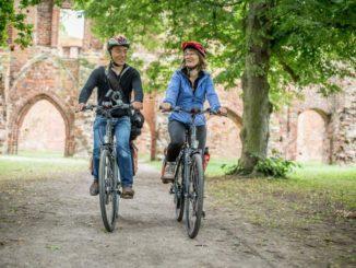 Radler entdecken die von Romantikern verherrlichte Klosterruine Eldena in Greifswald