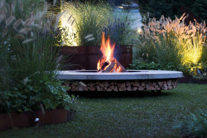 Feuerstellen sind eine Lichtquelle mit besonderem Flair.
