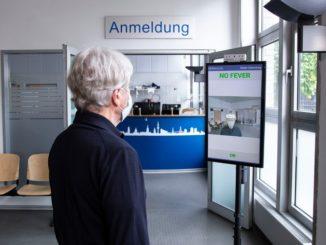 Am Empfang der Praxis ohne Grenzen in Hamburg können Patienten und Mitarbeiter die berührungslose Fieberkontrolle