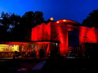 Das Park Cafe in Köln leuchtet rot während der Night of Light