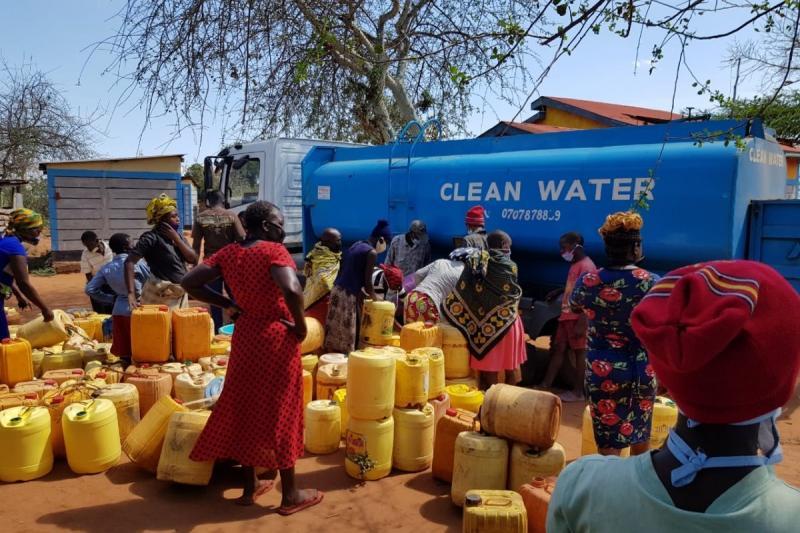 Hilfe für Kenia e.V. beim Verteilen von sauberem Trinkwasser