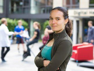 """Kira Weinlein (21) aus Hamburg entwickelte eine Software, mit der sich die Durchführung medizinischer Studien mittels """"Wearables"""" einfacher gestalten lässt. (Foto: HPI/K. Herschelmann)"""