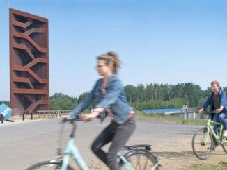 """Radfahrer am Aussichtspunkt """"Rostiger Nagel"""". Foto: Tourismusverband Lausitzer Seenland Nada Quenzel"""