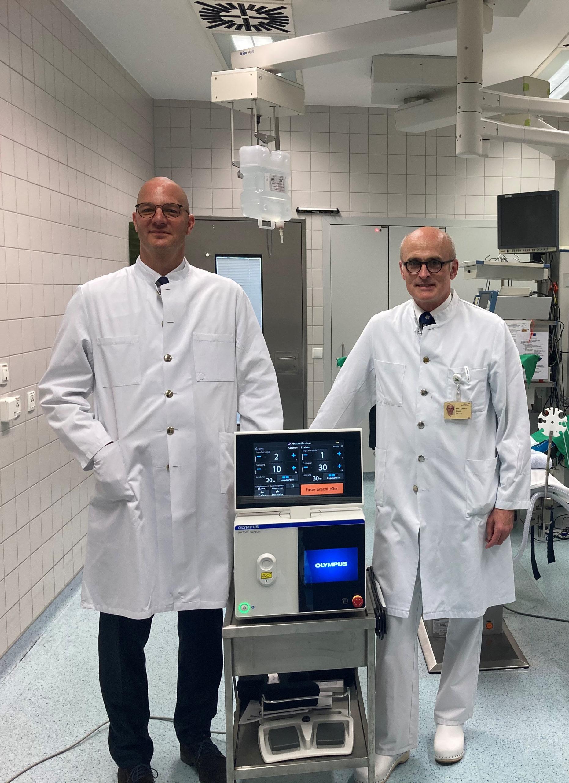 Prof. Dr. Thorsten Bach, Chefarzt Urologie im Westklinikum Hamburg (links) und Prof. Dr. Andreas Gross, Chefarzt Urologie in der Asklepios Klinik Barmbek (rechts) mit dem Soltive SuperPulsed Thulium Fiber Laser System von Olympus