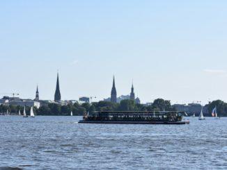 Von der Ostseite der Alster auch gut mit dem Schiff zu erreichen
