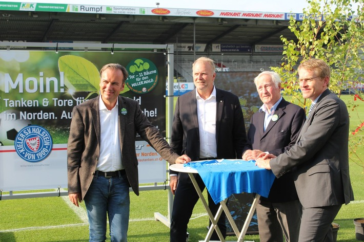 VRNL Ministerpräsident Daniel Günther, Peter Willer, Holstein Kiel Geschäftsführer Wolfgang Schwenke stellen mit Axel Niesing von Anton Willer die Aktion vor.