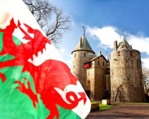 Walisische Flagge vor der Burg Castell Coch, Südwales © Crown Copyright (2021) Visit Wales
