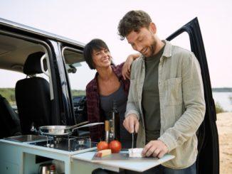 """Einbaubar hinter dem Beifahrersitz oder an der Heckklappe im Bus ist in der Kompaktlösung """"Sidekit"""""""