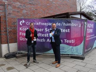 Axel Strehlitz Geschäftsführer Corona Freepass und Gerhard Löwe Center Manager Elbe Einkaufzentrum