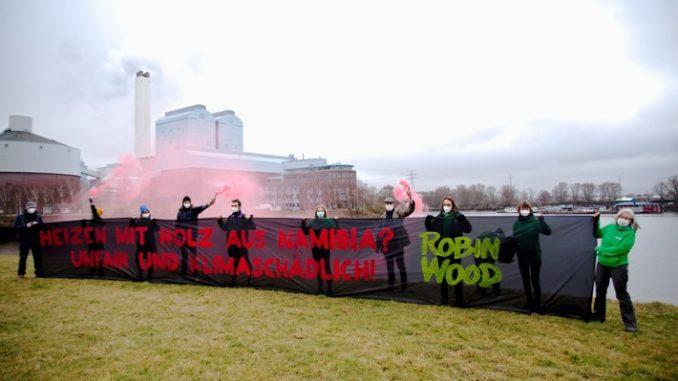 ROBIN WOOD-Bannerprotest gegen das Vorhaben, Holz aus Namibia im Kraftwerk Tiefstack in Hamburg zu verfeuern, Hamburg 28.02.21 (Foto: ROBIN WOOD / Mirko Boll)