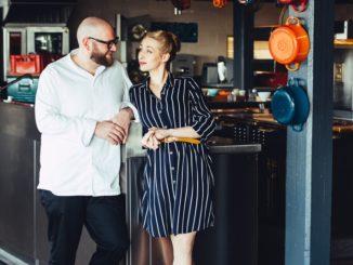 Inhaber Sophie Lehmann und Thomas Imbusch des nachhaltigen Sternerestaurant 100/200 kitchen an den Hambuger Elbbrücken freuen sich, endlich wieder Gäste zu begrüßen.