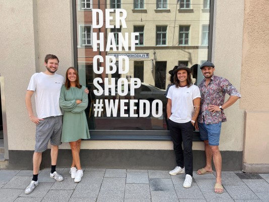 Philipp Ferrer, Nadja Dondl, Yves Rögele (Store Manager), Jonas Grossmann (© Weedo)
