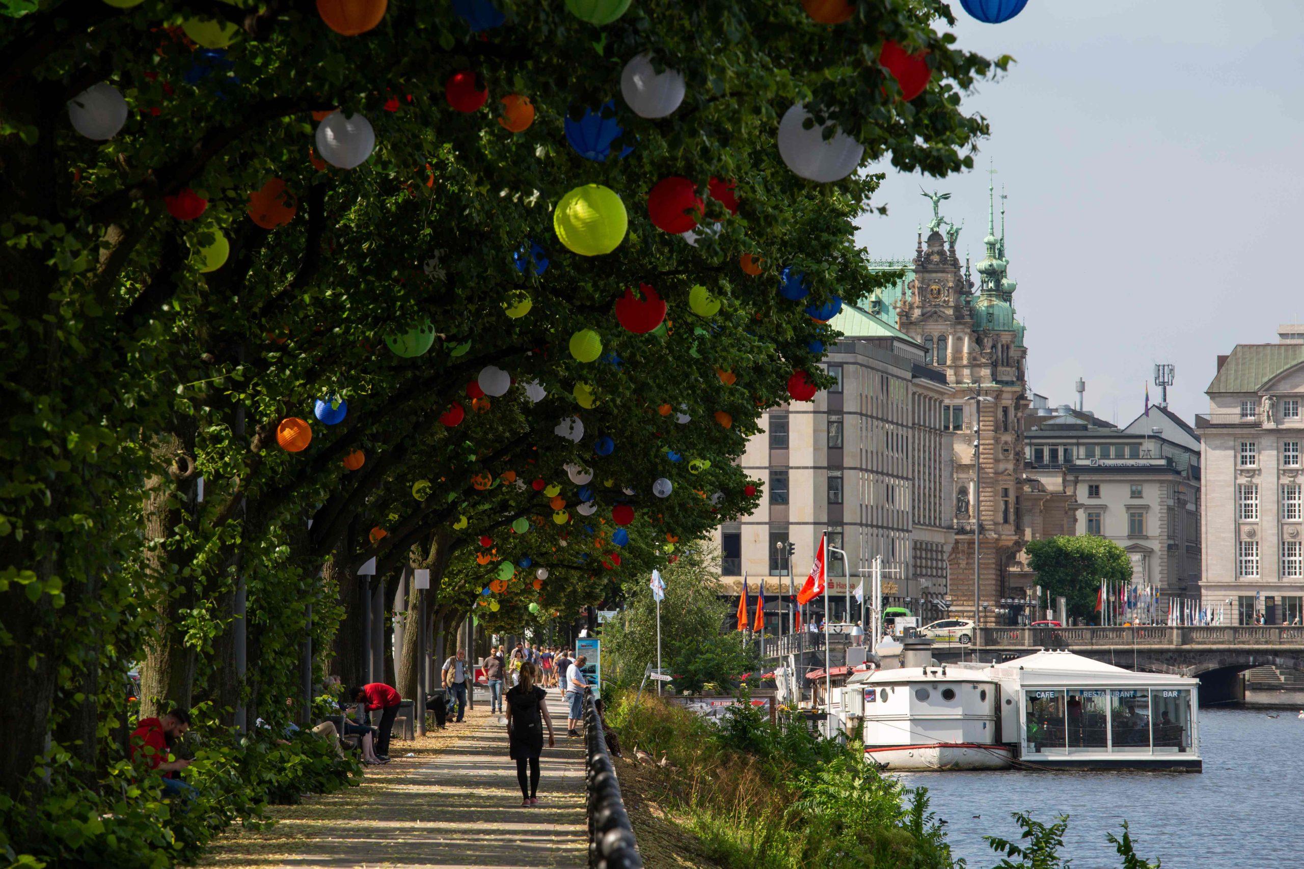 2500 Lampions schmücken die Bäume an den Promenaden