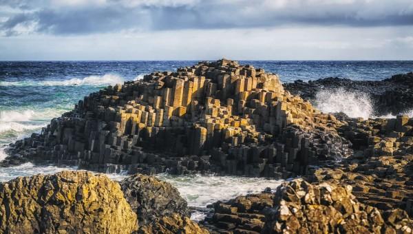 der Klippenrand des Giant's Causeway Coast im Norden Irlands